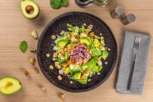 Salată cu avocado si crispy bacon